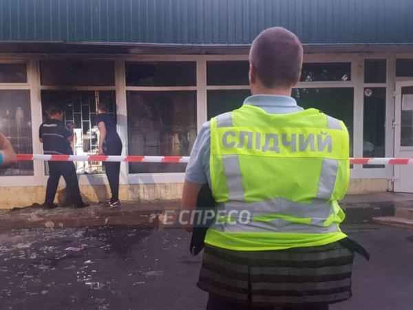 Утром в Киеве неизвестные забросали «коктейлями Молотова» отделение «Ощадбанка» (видео)