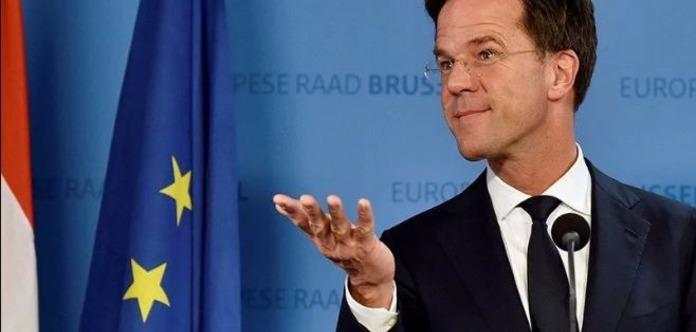 Узяв швабру і витер: Прем'єр-міністр Нідерландів помив підлогу в парламенті