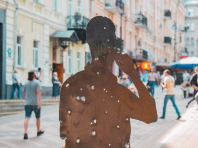 В центре Киева появился стрит-арт о войне на Донбассе. ФОТО