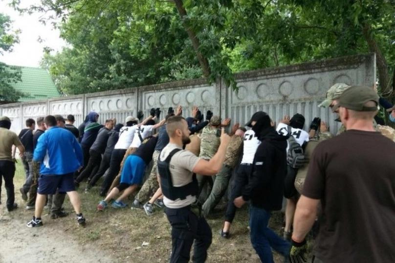 Якщо поліція не прибирає: активісти і атовці знесли паркан нардепа, який огороджує озеро