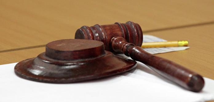 Забобонна, старообрядницька: суддя перед засіданням обсипала зал сіллю