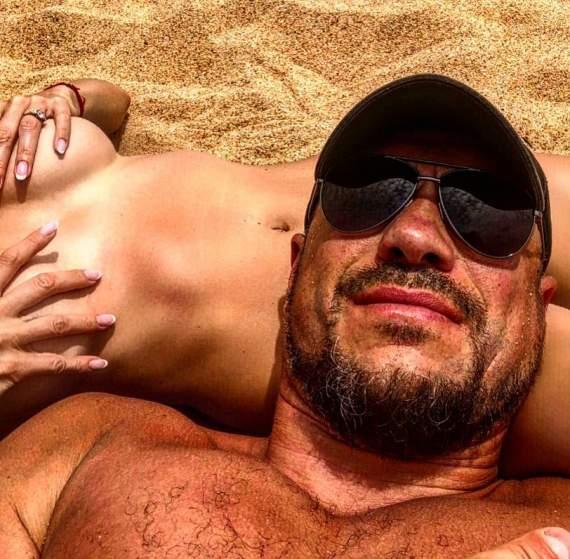 Кива развлекает сеть откровенным фото на голой женщине
