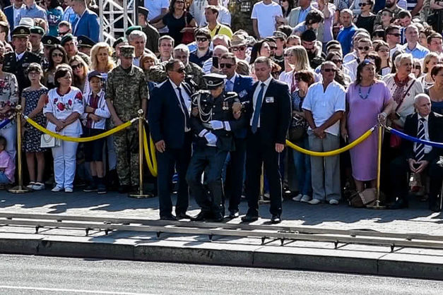 На параде солдат почетного караула потерял сознание во время речи Порошенко