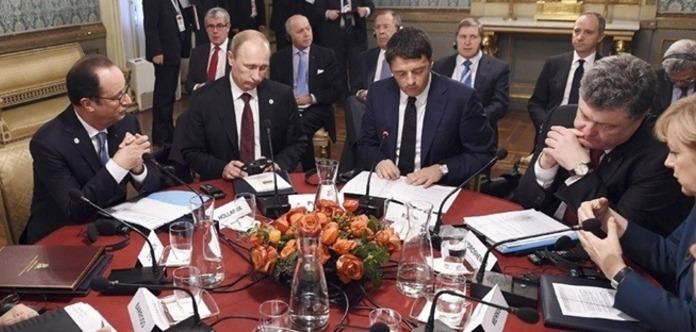 «Та я тебе розчавлю!». Президент Франції розповів, як Путін погрожував Порошенку