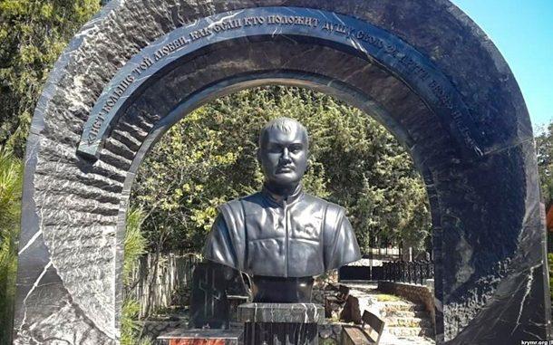 Цитата на памятнике погибшего сына Януковича «взорвала» общественность: в РФ разгоняют странные