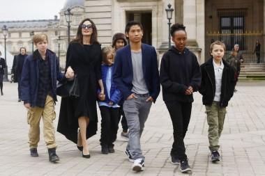 Джоли обвинили в том, что ей плевать на собственных детей