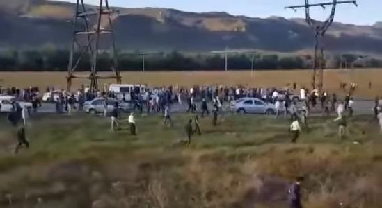В РФ жители Кабардино-Балкарии забросали силовиков камнями. ВИДЕО
