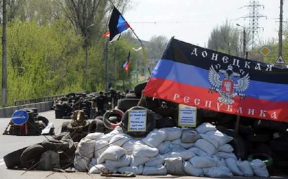 """Боевики """"ДНР"""" перекрыли дороги на оккупированном Донбассе"""