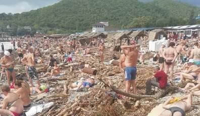 «Путин, введи уборщиков»: в Сети высмеяли пляжи в России. ФОТО