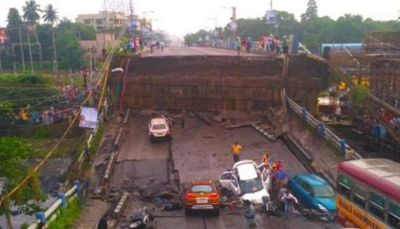 В Индии в час пик обвалился мост, много погибших