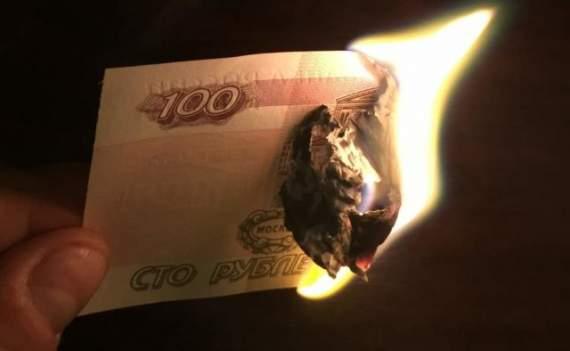Рубль летит вниз, от российских активов массово избавляются