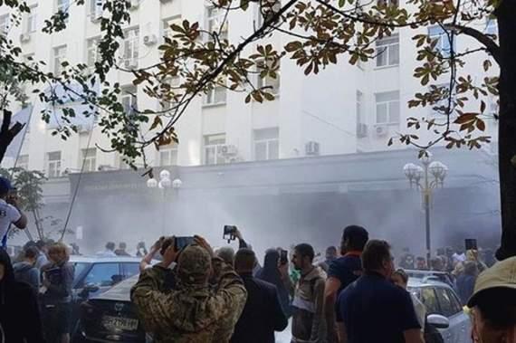 Под зданием ГПУ столкновения митингующих и полиции. ВИДЕО