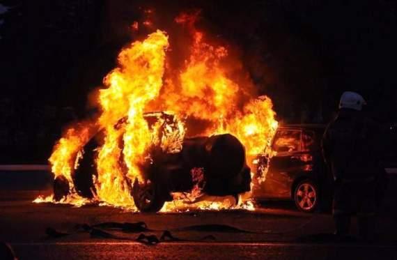 На Тернопольщине посреди дороги загорелся автомобиль