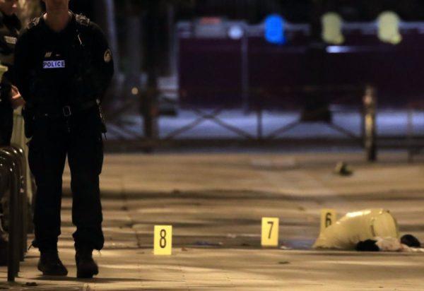 Мужчина с ножом ранил семь человек у кинотеатра в Париже (фото)