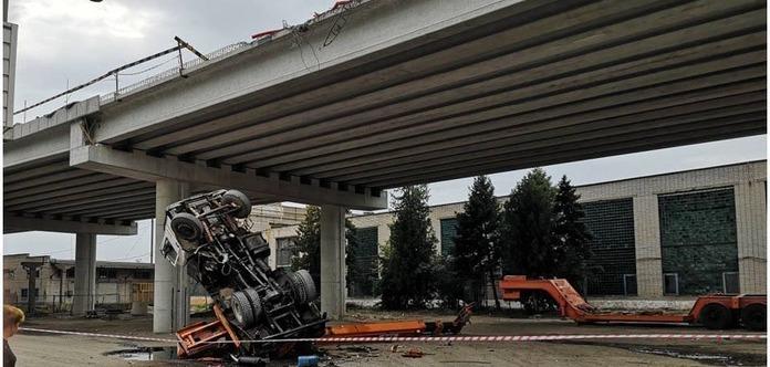 З моста, що будується впав автокран (відео)