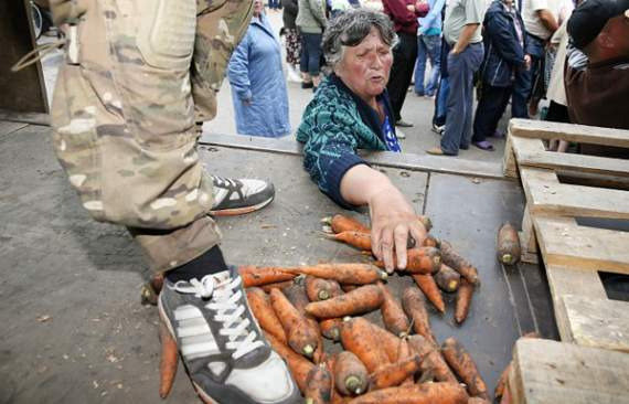 На оккупированном Донбассе дефицит муки, весь урожай боевики продали
