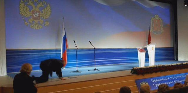 На четвереньки: скандальный Жириновский публично опозорился (видео)
