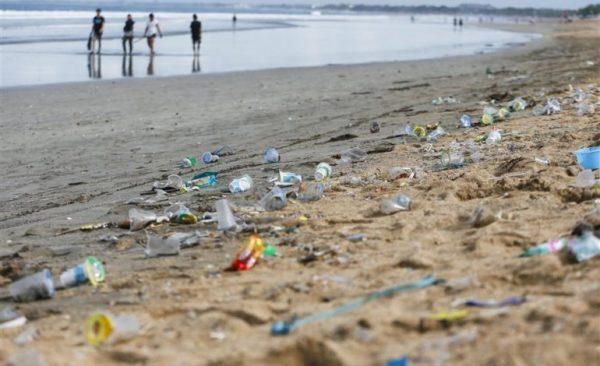 В ЄС заборонили одноразовий пластиковий посуд