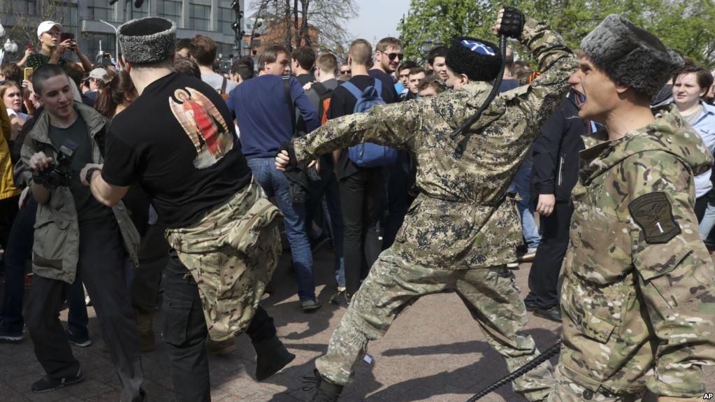 «Херои» России – мэр Москвы поблагодарил «казака» за разгон нагайкой мирного митинга