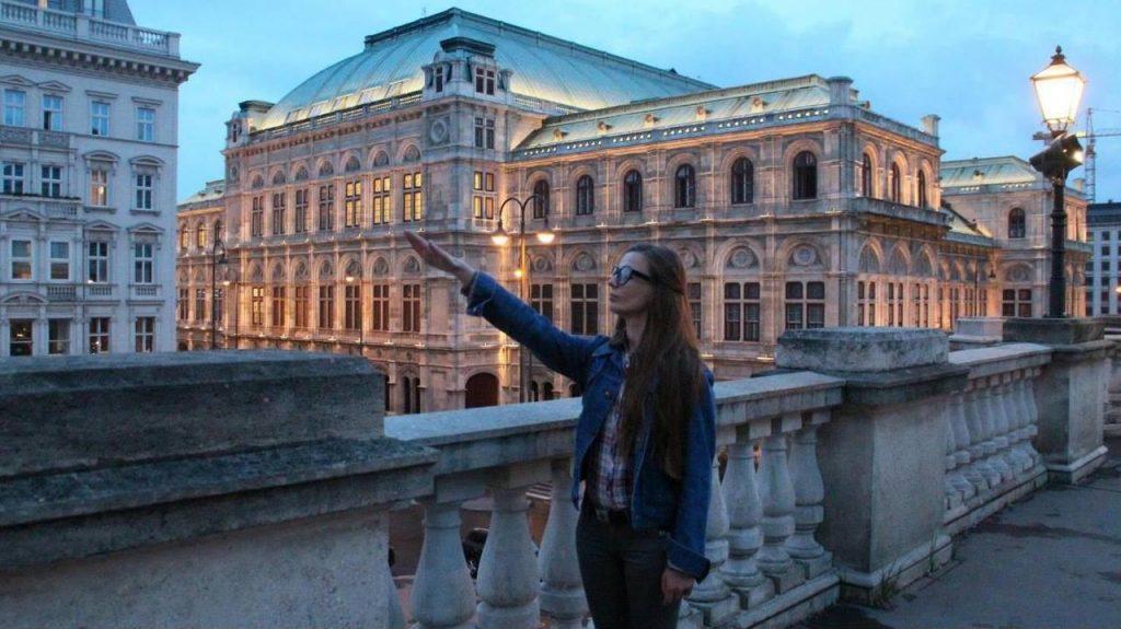 Молодая нацистка с канала Порошенко торжественно отзиговала в Вене /Фото/