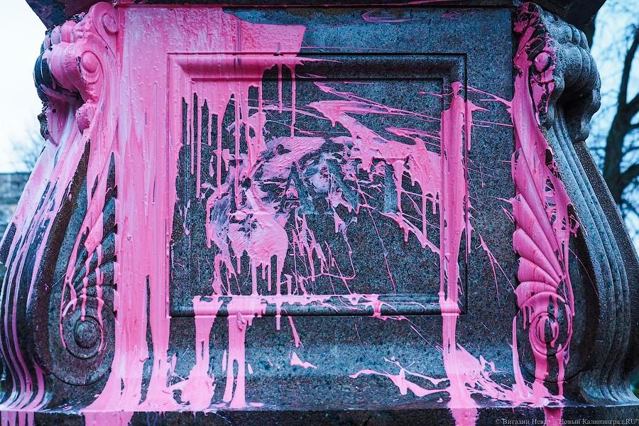 Наглухо конченый народец: в оккупированном Кенигсберге рюssке облили краской могилу, памятник Канту