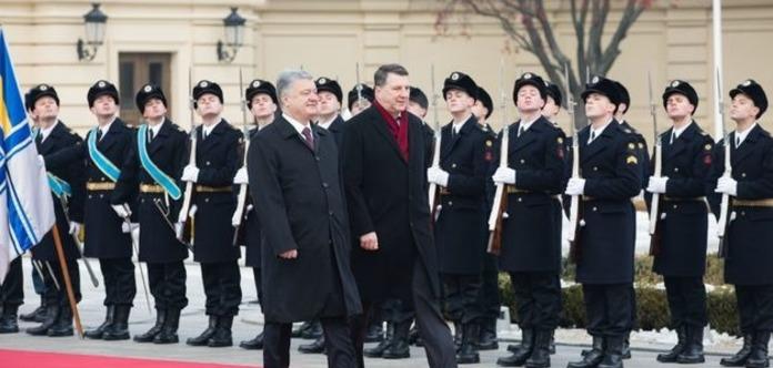 Президент Латвії їде на Донбас