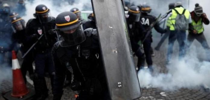 Протести у Франції: в Парижі поліція застосувала водомети і газ
