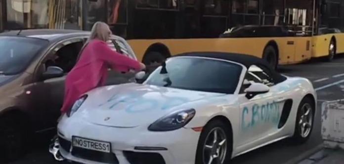 Відео дня: блондинка сокирою порубала Porsche в центрі Києва