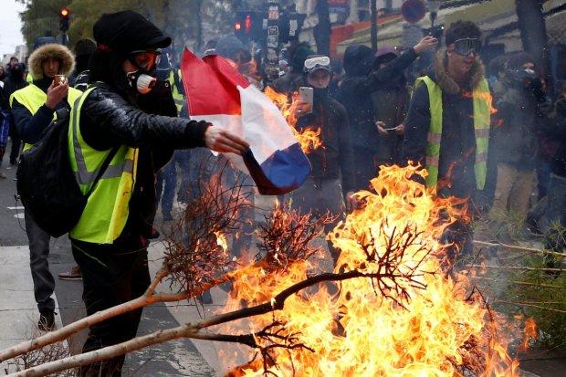 Протести у Франції: «жовті жилети» перетворилися на червоні, на вулицях справжнє пекло, в хід пішов газ