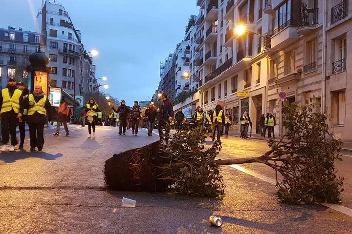 Протесты во Франции: число задержанных полицией приближается к тысяче человек