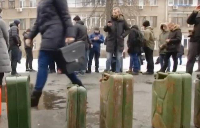 Радикалы оккупировали историческое здание в центре Киева: отопление уже отключили
