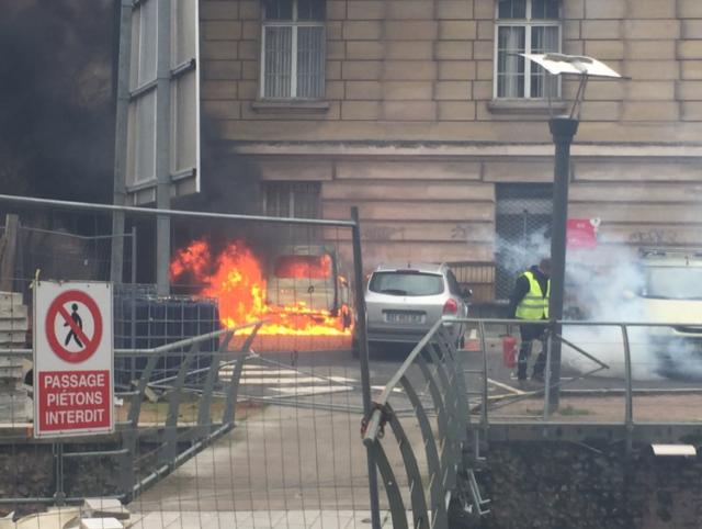 Машины в огне, пылает мэрия, начались столкновения: страну охватили протесты, фото