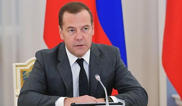 «Он же маленький, зачем поставили таких рослых его встречать?»: охранники жестко опозорили Дмитрия Медведева
