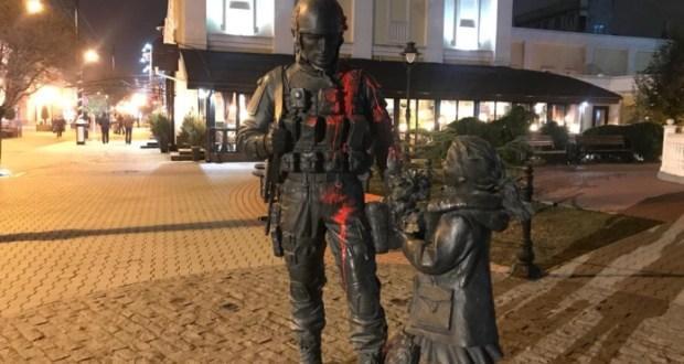 «Зеленого человечка» атаковали в Крыму: «весь в крови», фото