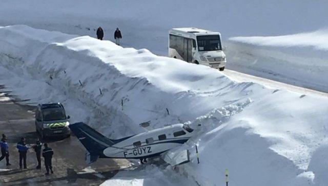 Авиакатастрофа в горах: самолет с людьми влетел в сугроб, появилось видео ЧП