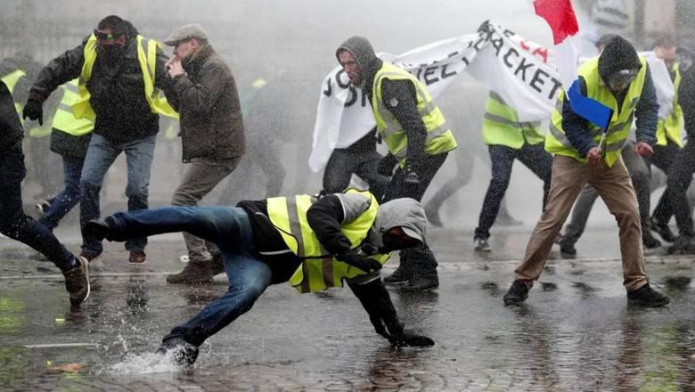 """В Париже задержали десятки """"желтых жилетов"""", ранены 8 полицейских"""