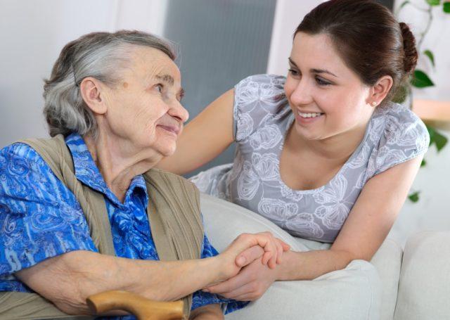 Пенсионерка устроила издевательство над соцработницей: «Куча экскрементов в лицо»
