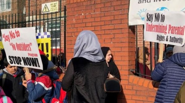 В Англии схлестнулись два меньшинства: мусульмане против ЛГБТ-уроков