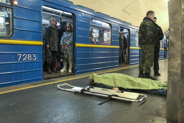 Жуткое ЧП в метро Киева: люди просто шли мимо трупа