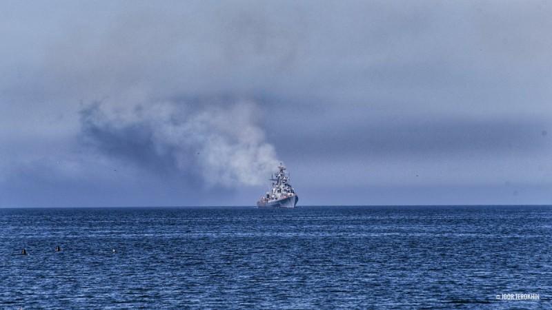 Корыто с дымом: соцсети смеются над фото военного корабля Путина у побережья Крыма
