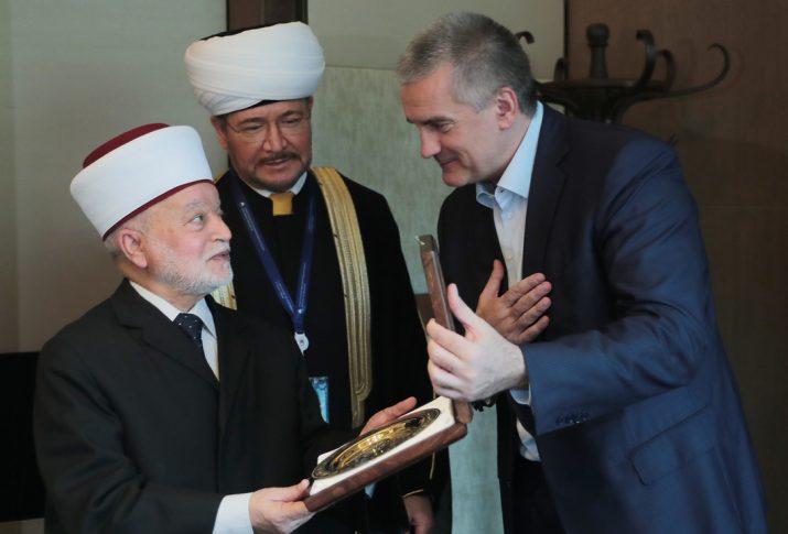 Муфтий Палестины незаконно посетил оккупированный Крым и назвал его российским