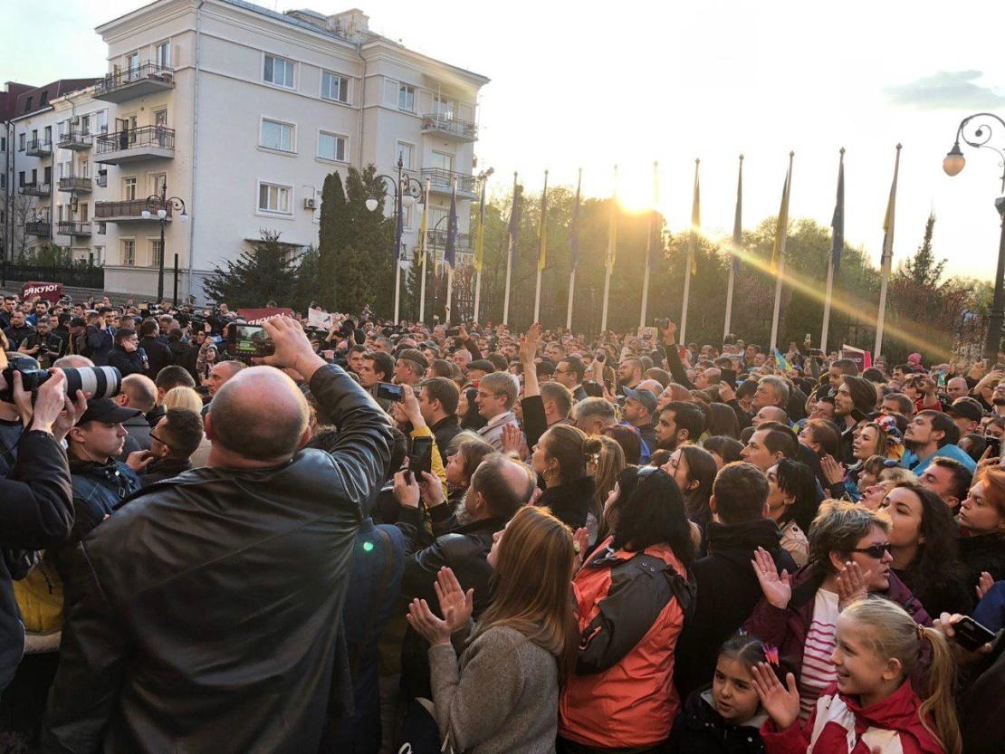 Тисячи людей пришли под администрацию Порошенко: что требуют