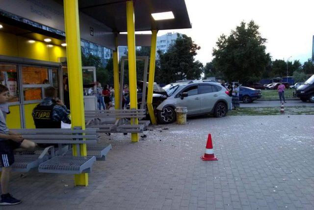 Автомобиль въехал в остановку в Днепре, люди выбегали из-под колес: подробности