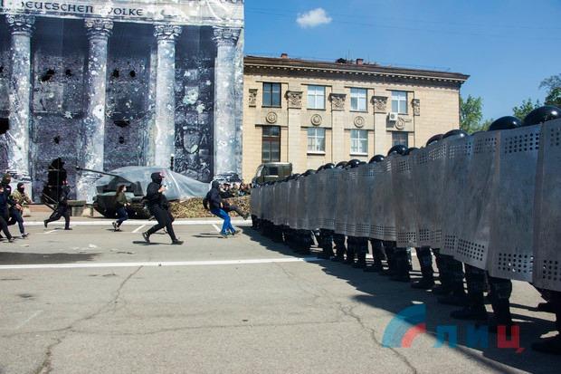 Будни палаты №6: в оккупированном Луганске «штурмовали Рейхстаг» и «реконструировали» события на Майдане. ФОТО