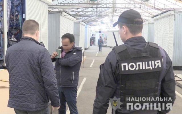 Десятки человек задержали на рынке «Троещина»: видео происходящего