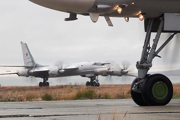 Истребители ВВС США перехватили шесть военных самолетов РФ возле побережья Аляски