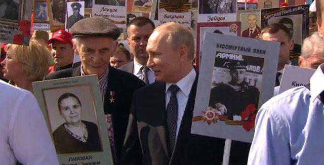 На Красной площади «ветеран» прогнулся перед Путиным, вспомнив Крым
