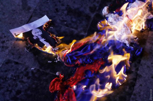 В Одессе сожгли российский флаг: активисты «передали привет» поющей фанатке Путина