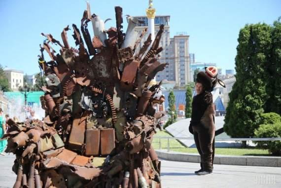 «Железный трон» войны: на Майдане установили артобъект собранный из обломков снарядов. ФОТО и ВИДЕО