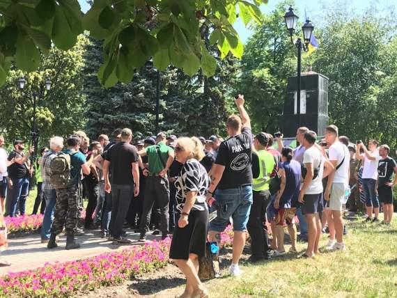 Столкновения возле постамента Жукову в Харькове: экс-депутата облили зеленкой. ФОТО
